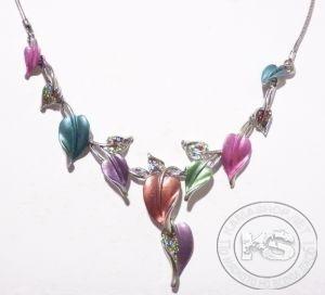 Колие с метална верижка с разноцветни листенца и кристали