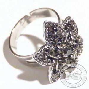 Пръстен дамски - сребрист с метално цвете и кристали
