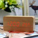 Настолен LED часовник с термометър и звуково активиране (дървесен цвят)